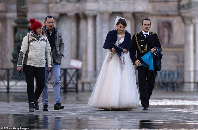 """Những hình ảnh ấn tượng về trận lụt lịch sử đang """"hoành hành"""" thiên đường Venice, Italy - Ảnh 2."""
