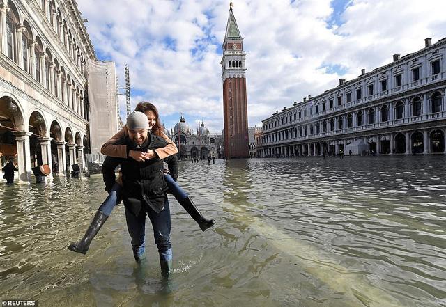 """Những hình ảnh ấn tượng về trận lụt lịch sử đang """"hoành hành"""" thiên đường Venice, Italy - Ảnh 8."""