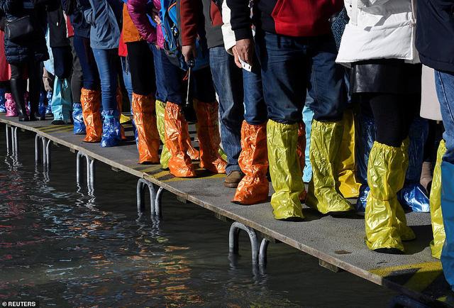 """Những hình ảnh ấn tượng về trận lụt lịch sử đang """"hoành hành"""" thiên đường Venice, Italy - Ảnh 7."""