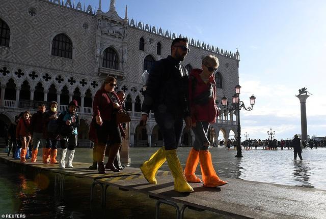 """Những hình ảnh ấn tượng về trận lụt lịch sử đang """"hoành hành"""" thiên đường Venice, Italy - Ảnh 10."""