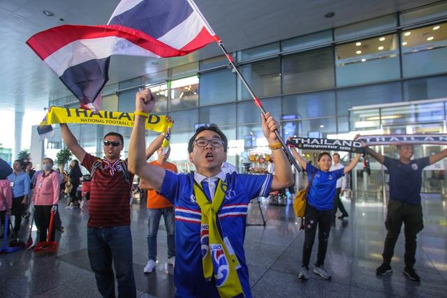 HLV ĐT Thái Lan căng thẳng khi đặt chân đến Việt Nam - Ảnh 2.