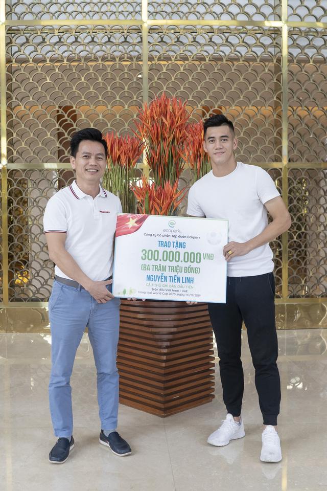 Cầu thủ Tiến Linh nhận thưởng nóng sau trận thắng với UAE - Ảnh 1.