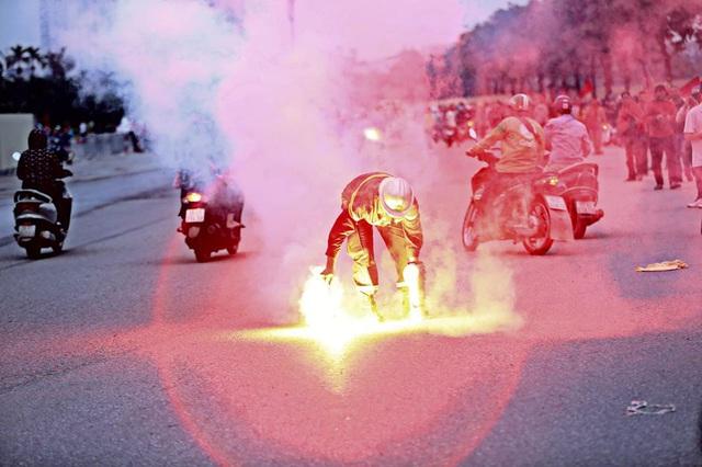 Tạm giữ một cổ động viên đốt pháo sáng - Ảnh 1.