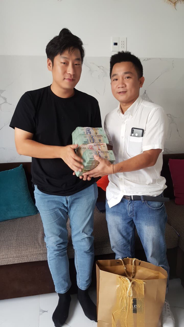 Khen thưởng chủ quán ăn ở Hội An giữ và trả hơn 1,6 tỷ đồng cho du khách Hàn Quốc - Ảnh 1.