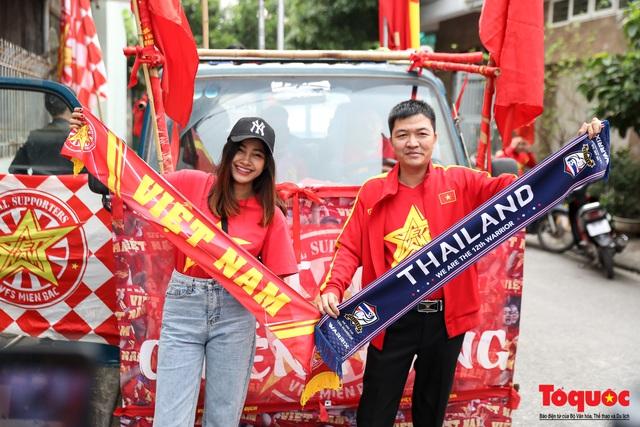 CĐV Việt Nam náo loạn đường phố Hà Nội trước trận đấu với Thái Lan - Ảnh 6.