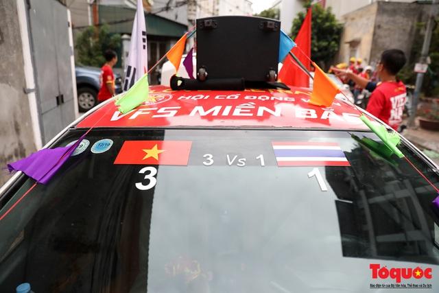 CĐV Việt Nam náo loạn đường phố Hà Nội trước trận đấu với Thái Lan - Ảnh 5.