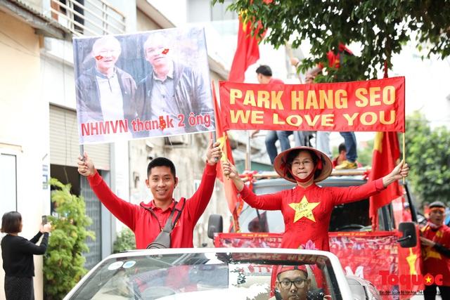 CĐV Việt Nam náo loạn đường phố Hà Nội trước trận đấu với Thái Lan - Ảnh 4.