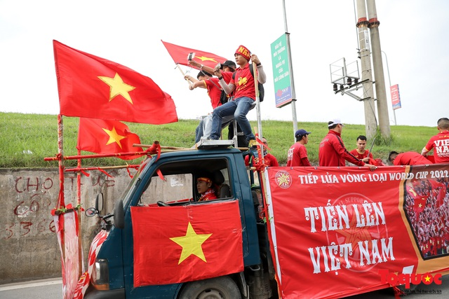 CĐV Việt Nam náo loạn đường phố Hà Nội trước trận đấu với Thái Lan - Ảnh 3.