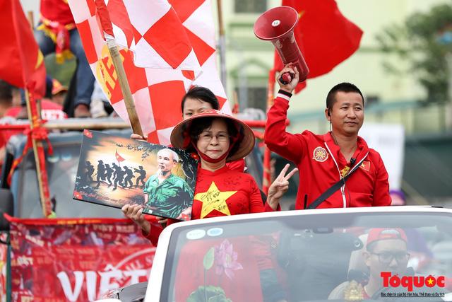 CĐV Việt Nam náo loạn đường phố Hà Nội trước trận đấu với Thái Lan - Ảnh 7.