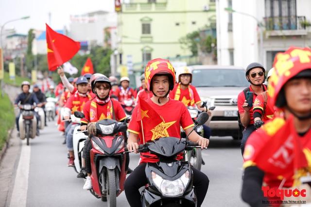 CĐV Việt Nam náo loạn đường phố Hà Nội trước trận đấu với Thái Lan - Ảnh 2.