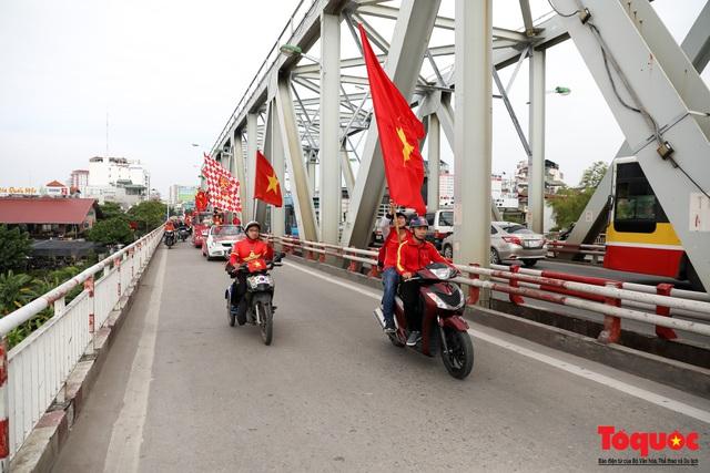 CĐV Việt Nam náo loạn đường phố Hà Nội trước trận đấu với Thái Lan - Ảnh 8.