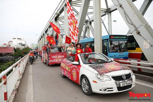 CĐV Việt Nam náo loạn đường phố Hà Nội trước trận đấu với Thái Lan - Ảnh 1.