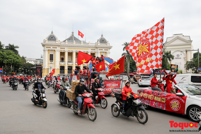 CĐV Việt Nam náo loạn đường phố Hà Nội trước trận đấu với Thái Lan - Ảnh 9.