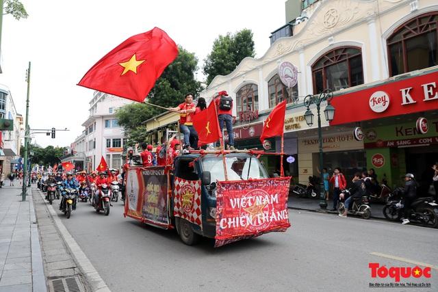 CĐV Việt Nam náo loạn đường phố Hà Nội trước trận đấu với Thái Lan - Ảnh 10.