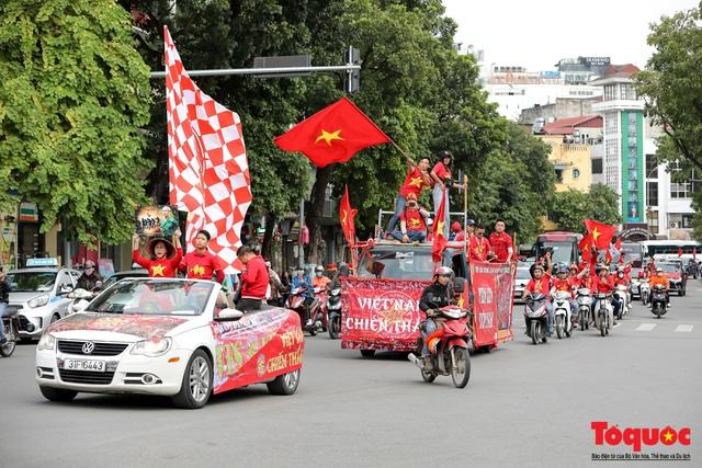 CĐV Việt Nam náo loạn đường phố Hà Nội trước trận đấu với Thái Lan - Ảnh 11.