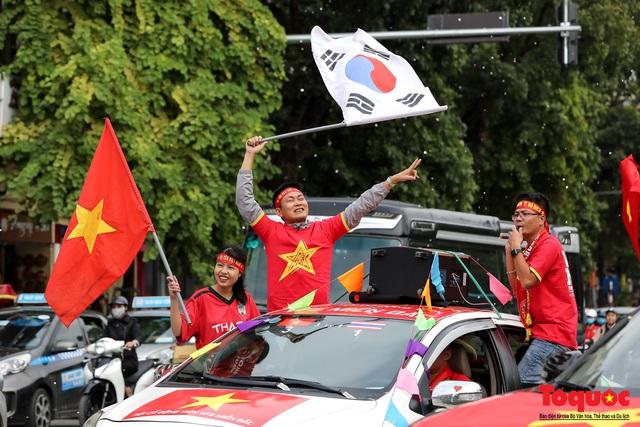 CĐV Việt Nam náo loạn đường phố Hà Nội trước trận đấu với Thái Lan - Ảnh 12.