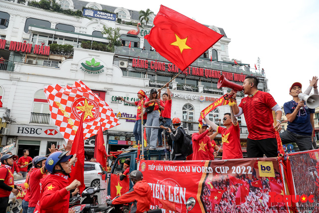 CĐV Việt Nam náo loạn đường phố Hà Nội trước trận đấu với Thái Lan - Ảnh 13.