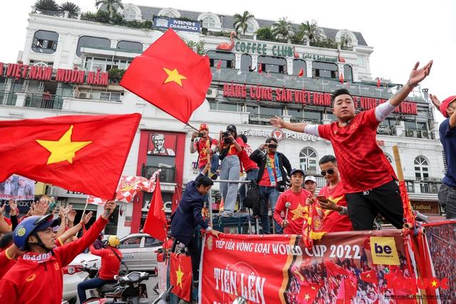 CĐV Việt Nam náo loạn đường phố Hà Nội trước trận đấu với Thái Lan - Ảnh 14.