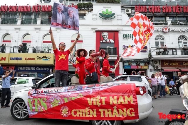 CĐV Việt Nam náo loạn đường phố Hà Nội trước trận đấu với Thái Lan - Ảnh 15.