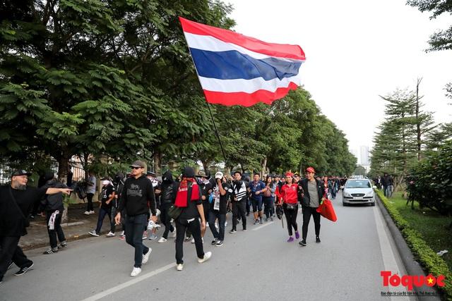 CĐV Thái Lan đổ bộ SVD Mỹ Đình: đốt pháo sáng, hò hét  - Ảnh 3.