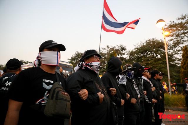 CĐV Thái Lan đổ bộ SVD Mỹ Đình: đốt pháo sáng, hò hét  - Ảnh 11.