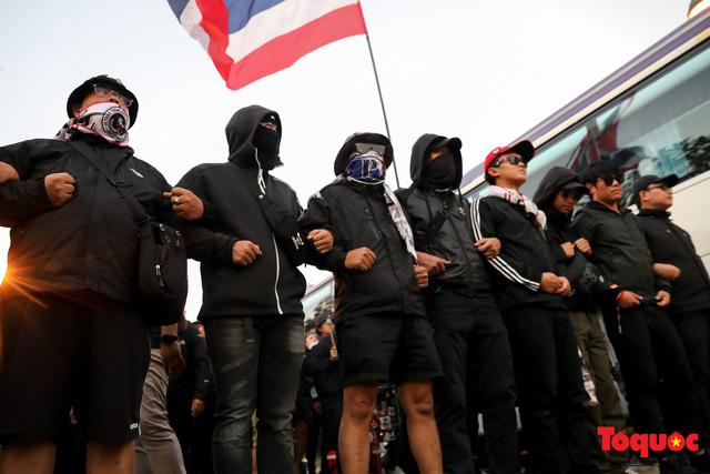 CĐV Thái Lan đổ bộ SVD Mỹ Đình: đốt pháo sáng, hò hét  - Ảnh 12.