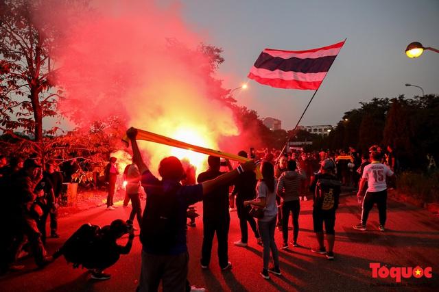 CĐV Thái Lan đổ bộ SVD Mỹ Đình: đốt pháo sáng, hò hét  - Ảnh 13.