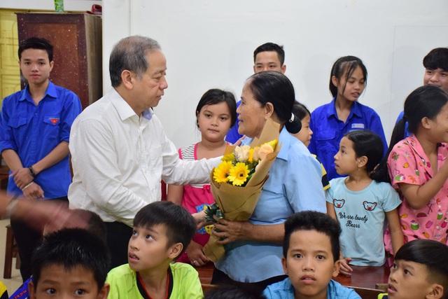Thăm các lớp học tình thương, Chủ tịch tỉnh Thừa Thiên Huế nói điều này khiến thầy cô xúc động - Ảnh 1.