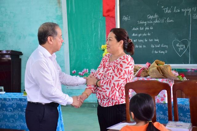 Thăm các lớp học tình thương, Chủ tịch tỉnh Thừa Thiên Huế nói điều này khiến thầy cô xúc động - Ảnh 2.