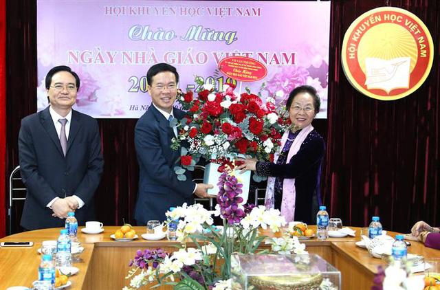 Trưởng Ban Tuyên giáo Trung ương thăm và chúc mừng cựu giáo chức nhân ngày Nhà giáo Việt Nam - Ảnh 1.
