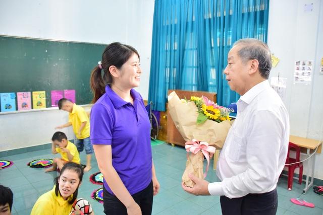 Thăm các lớp học tình thương, Chủ tịch tỉnh Thừa Thiên Huế nói điều này khiến thầy cô xúc động - Ảnh 3.