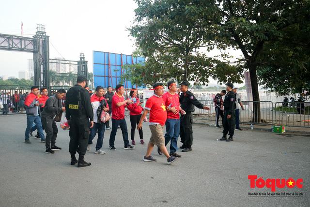 Việt Nam - Thái Lam: Xuất hiện vé giả, an ninh thặt chặt công tác kiểm soát vé - Ảnh 1.