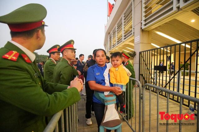 Việt Nam - Thái Lam: Xuất hiện vé giả, an ninh thặt chặt công tác kiểm soát vé - Ảnh 10.