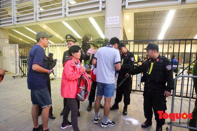 Việt Nam - Thái Lam: Xuất hiện vé giả, an ninh thặt chặt công tác kiểm soát vé - Ảnh 9.