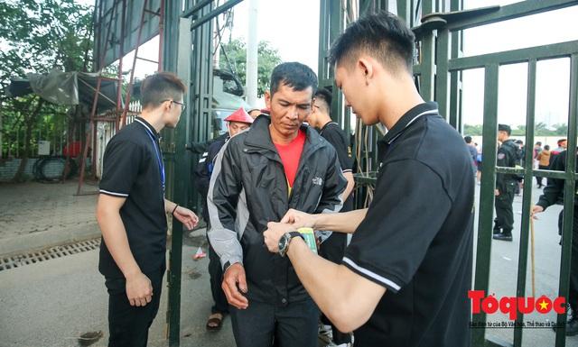 Việt Nam - Thái Lam: Xuất hiện vé giả, an ninh thặt chặt công tác kiểm soát vé - Ảnh 3.