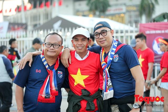 Việt Nam - Thái Lam: Xuất hiện vé giả, an ninh thặt chặt công tác kiểm soát vé - Ảnh 13.
