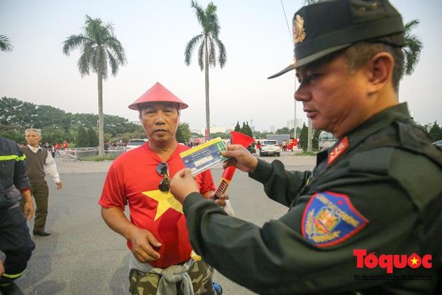 Việt Nam - Thái Lam: Xuất hiện vé giả, an ninh thặt chặt công tác kiểm soát vé - Ảnh 5.
