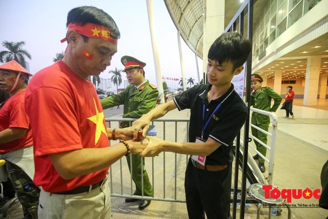 Việt Nam - Thái Lam: Xuất hiện vé giả, an ninh thặt chặt công tác kiểm soát vé - Ảnh 8.