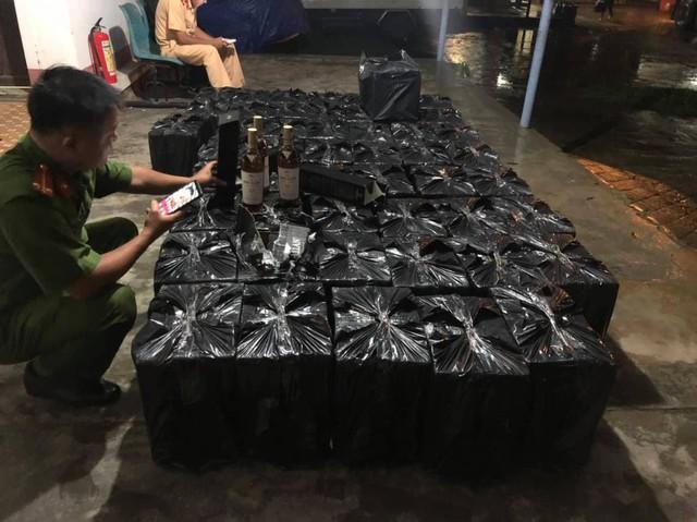 Thừa Thiên Huế: Bắt xe ô tô chở lô rượu lậu gần 1 tỷ đồng - Ảnh 1.