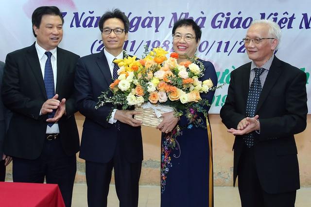 Phó Thủ tướng thăm và chúc mừng các thầy cô giáo nhân ngày Nhà giáo Việt Nam - Ảnh 2.