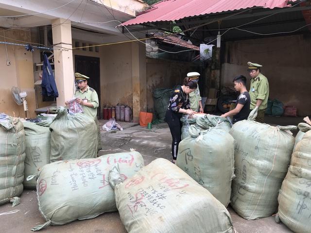 Thu giữ gần 1.000 lọ nước hoa do nước ngoài sản xuất không có hoá đơn hợp pháp - Ảnh 1.