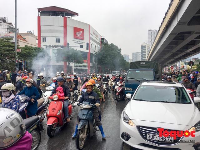 Hà Nội: Xe sang Mercedes vượt đèn đỏ đâm chết một người chết - Ảnh 7.
