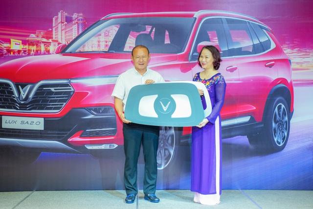 VinFast tặng xe Lux SA2.0 phiên bản cao cấp cho HLV Park Hang-seo - Ảnh 1.