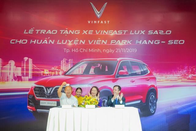VinFast tặng xe Lux SA2.0 phiên bản cao cấp cho HLV Park Hang-seo - Ảnh 3.