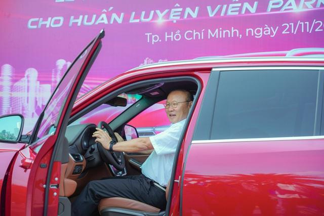 VinFast tặng xe Lux SA2.0 phiên bản cao cấp cho HLV Park Hang-seo - Ảnh 5.