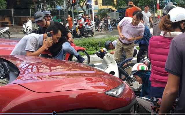 Đang dừng đèn đỏ, nhiều xe máy bị ô tô tông - Ảnh 1.