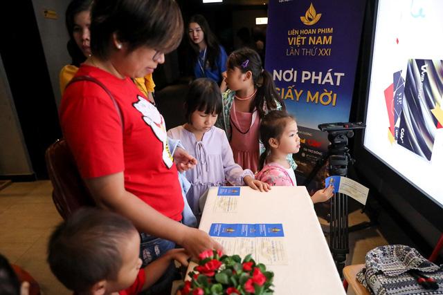 Khán giả Vũng Tàu xếp hàng dài, ngồi bệt xem phim ở tuần liên hoan phim Việt Nam lần thứ XXI - Ảnh 2.
