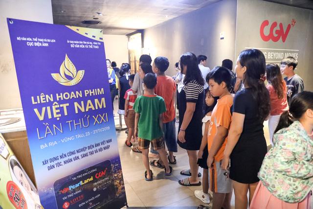 Khán giả Vũng Tàu xếp hàng dài, ngồi bệt xem phim ở tuần liên hoan phim Việt Nam lần thứ XXI - Ảnh 1.