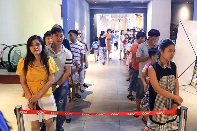 Khán giả Vũng Tàu xếp hàng dài, ngồi bệt xem phim ở tuần liên hoan phim Việt Nam lần thứ XXI - Ảnh 3.