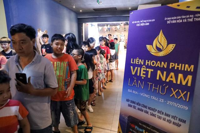 Khán giả Vũng Tàu xếp hàng dài, ngồi bệt xem phim ở tuần liên hoan phim Việt Nam lần thứ XXI - Ảnh 4.